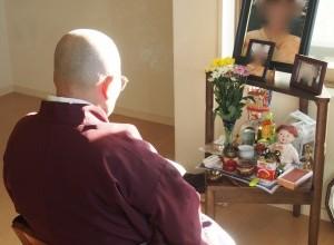 僧侶がお経上げてるイメージ写真